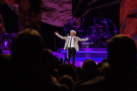 Rod Stewart greets 5,000 fans at the U.S. Cellular Center on Friday, July 24, 2015. (Zak Neumann/Freelance for Hoopla)